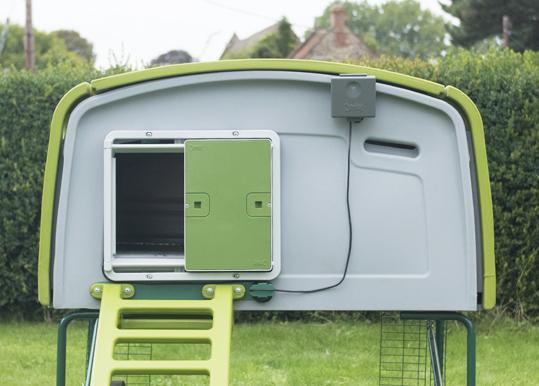 Vous pouvez également monter la porte automatique d'Omlet sur l'Eglu Cube - Version 1.