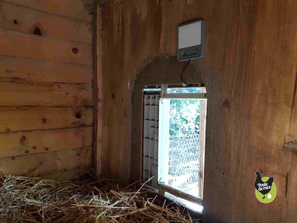 La porte automatique pour poulailler pouvant être adaptée à tous types de poulaillers il en est de même pour la lampe.