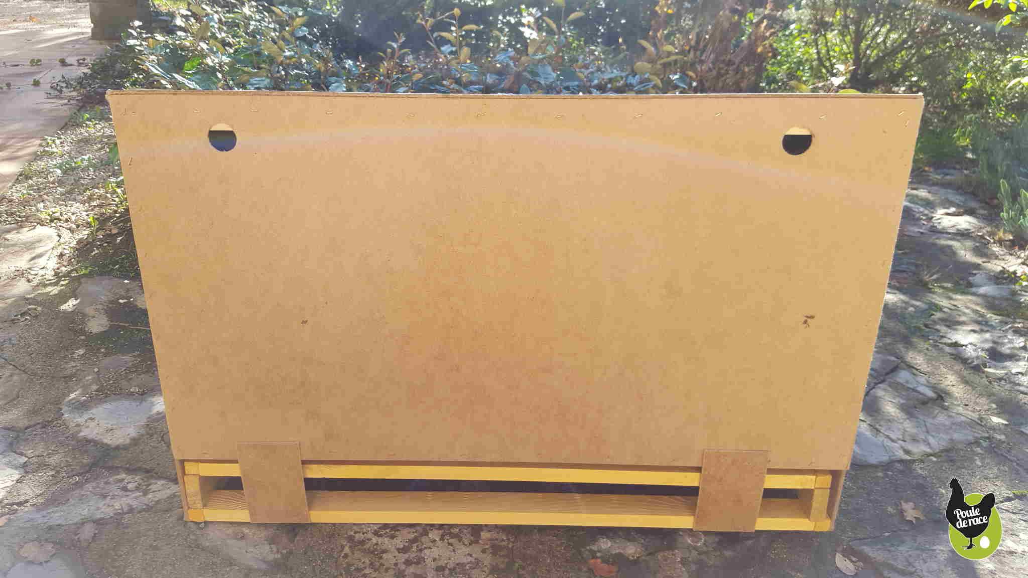 l'arriere du pondoir avec les trous pour le fixer au mur. Le tiroir de récupération des oeufs peux également s'ouvrir par l'arrière, suivant le type d'emplacement choisit.